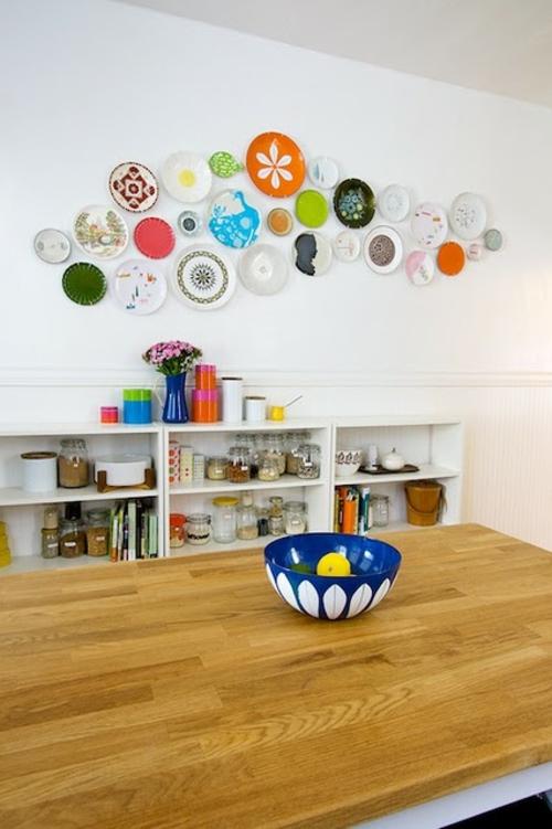 interessante wandteller collage weiß wand holz tisch regale küche