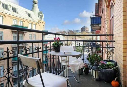 italianischer stil einen gemütlichen Balkon idee tisch stühle originell deko elemente