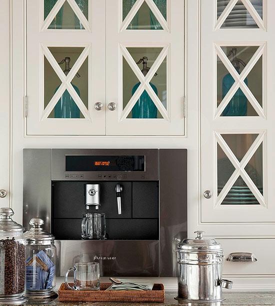 küche arbeitsplatz kaffeemaschine schränke weiß