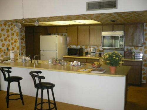 Tapeten im Küchenbereich blüten gelb idee bar stühle schwarz