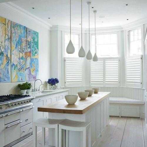 kücheninsel schneeweiß hängelampane elegant modern wandmalerei