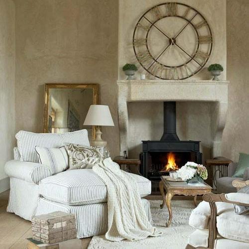 coole wohnzimmer uhren:In diesem stilvollen Wohnzimmer können Sie Ihre Gäste empfangen