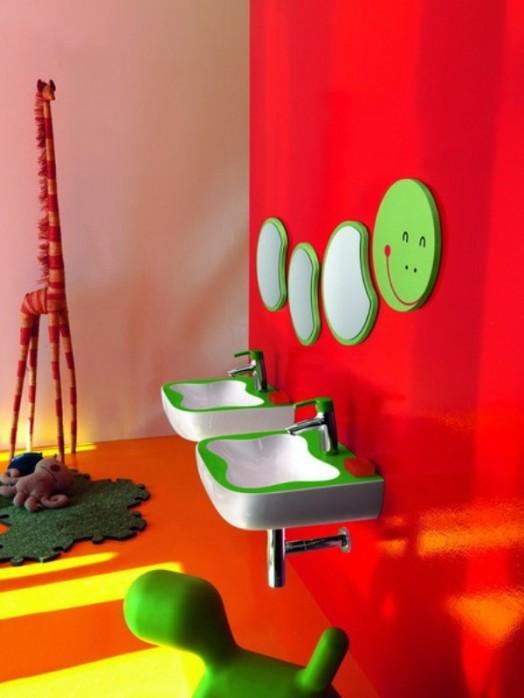 kinder badezimmer interieuers grün rot grell waschbecken giraffe plüschtiere