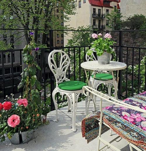 klassisch bequem einen gemütlichen Balkon stühle tisch blumen topf