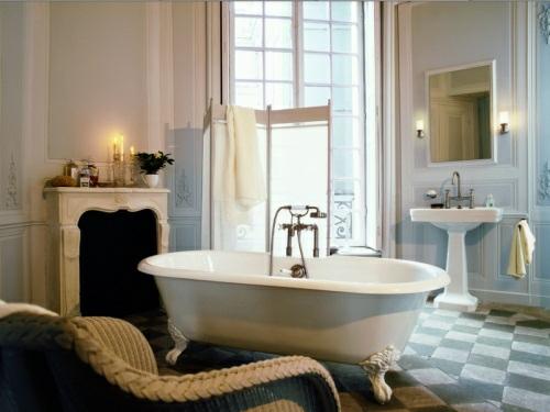 klassisch-einbaukamin-möbel-badewanne-sonnenlicht-kerzen