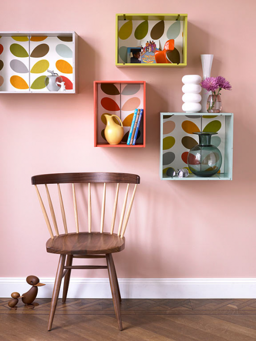 klassisch Möbel aus Naturholz  regale bunt grell kombiniert rosa wand deko motive