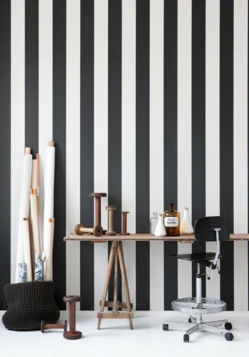 Schmale blasse Streifen an der Wand und klassischer Sessel in grellen ...
