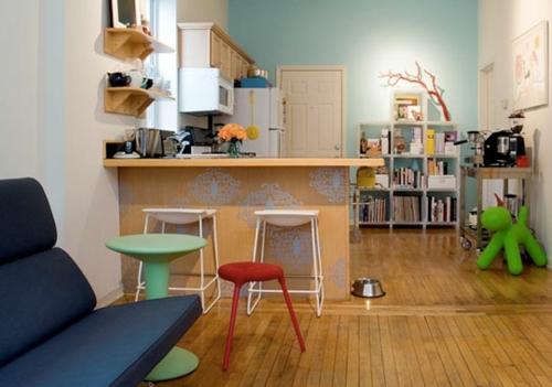 klein küche design idee holz bodenbelag plastik hocker küchenblock