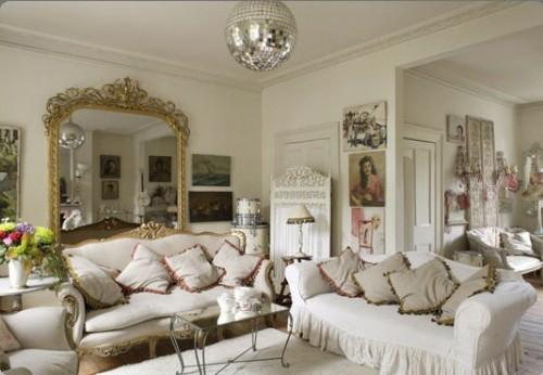 kombiniert modern klassisch möbelstücke deko elemente modernes Interieur mit Discokugeln