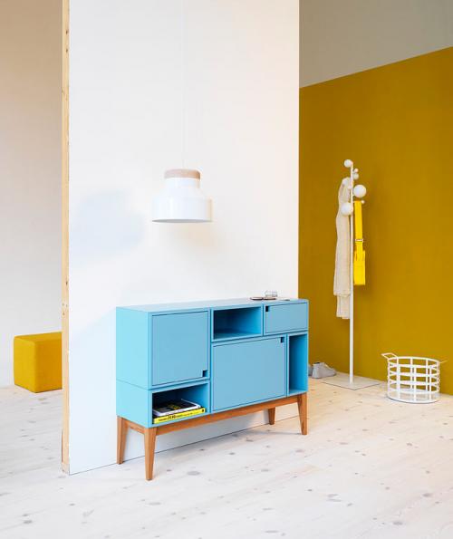Möbel aus Naturholz lebhafte farben  blau weiß wand