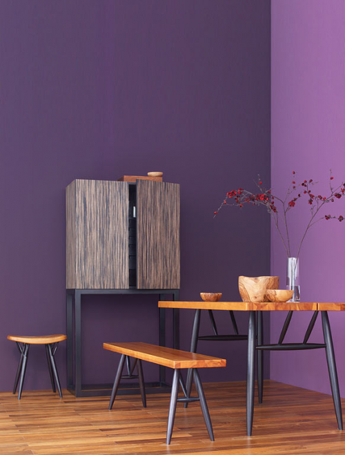 kombinierte möbel aus naturzholz lebhafte farben wand purpur