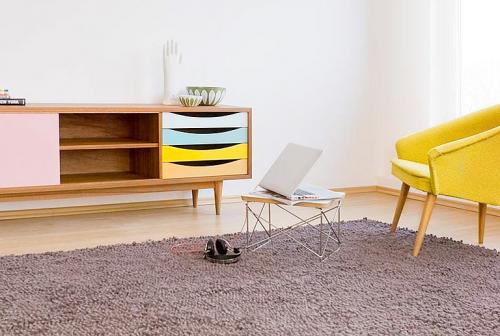 kombinierte möbel aus naturzholz pastellfarben weich teppich