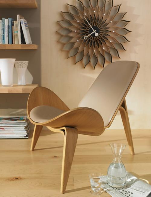 Möbel aus Naturholz   sessel regale bücher wanduhr