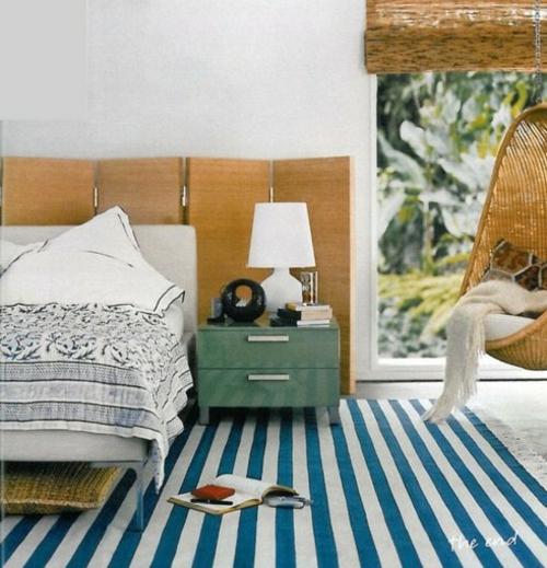 kopfteil im schlafzimmer trennwand holz weiß blau streifen teppich