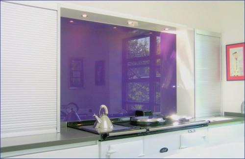 lila-glas-küchenspiegel-idee-küche-weiß