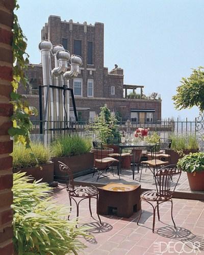 majestätische Dachterasse verzierte Metallstühle ausgefallene Tische urbanisch