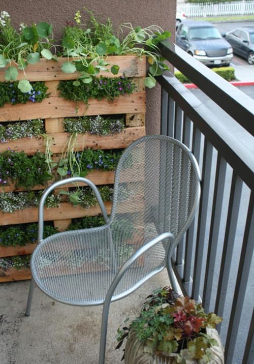 metallisch gitterstuhl silbern blumenkasten holz gemütlich balkon idee behaglich stadt