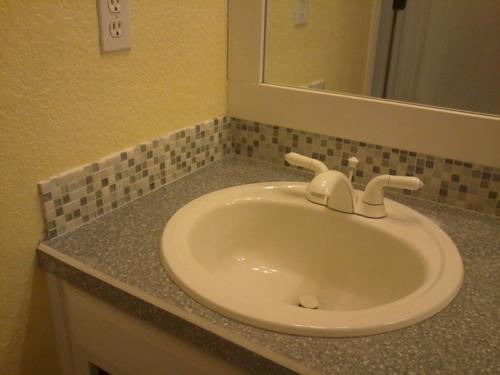 mosaik fliesenspiegel waschbecken weiß badezimmer