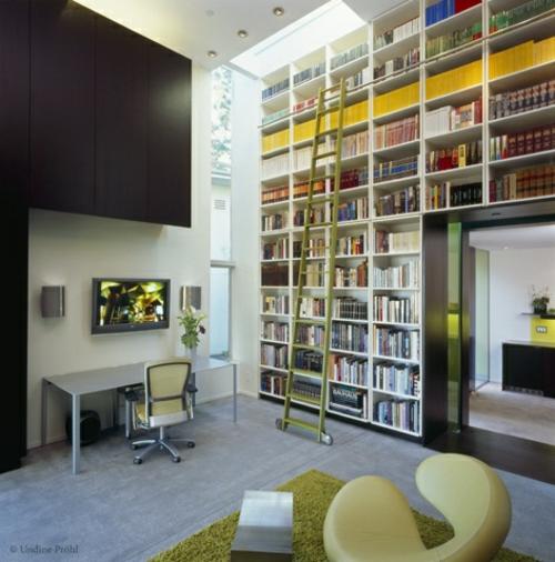 perfekte einrichtung der hausbibliothek schreibtisch weich teppich grün