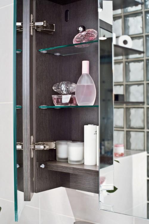 praktische regale im badezimmer spiegeltüre