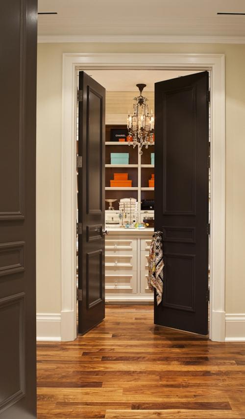 praktische schwarze innent ren 14 originelle designer tipps. Black Bedroom Furniture Sets. Home Design Ideas