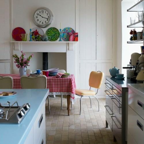 retro idee küche design einrichten rosa wanduhr