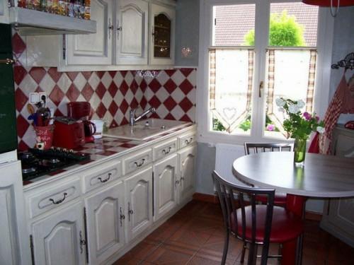 rot weiß küchenfliesen küchenspiegel küchenmöbel französisch