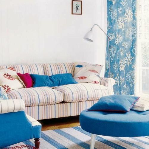 rund hocker dekorative vorhänge blau streifen sofa teppich