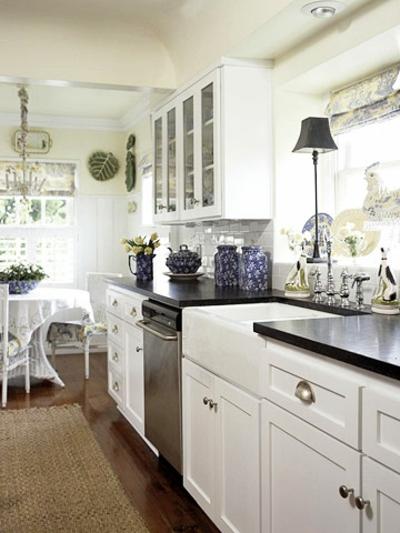 rustikale enge schmale küchen interieurs idee weiß schwarz