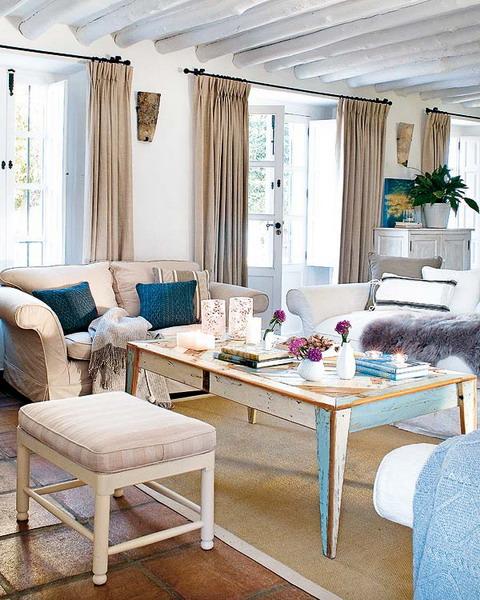 rustikale wohnzimmer design ideen holztisch bunte kissen