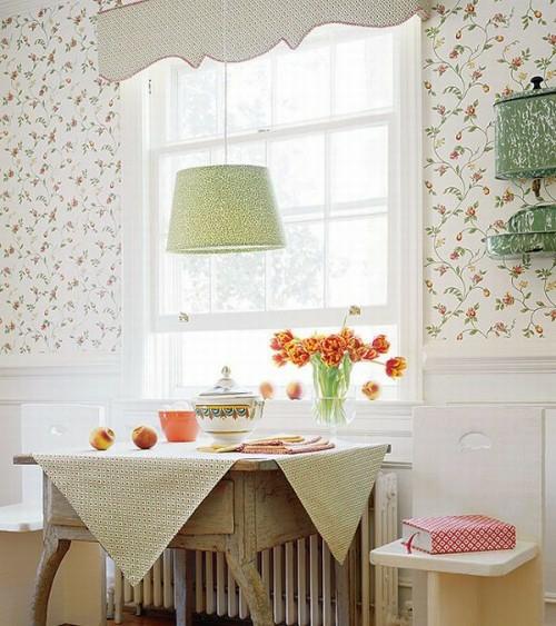 rustikales design französisch stil tischlampe tapeten floralenverzierungen weiße elemente