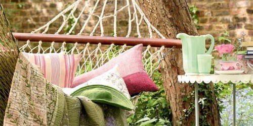 tolle Hangematte rosa Kissen grüne Decke