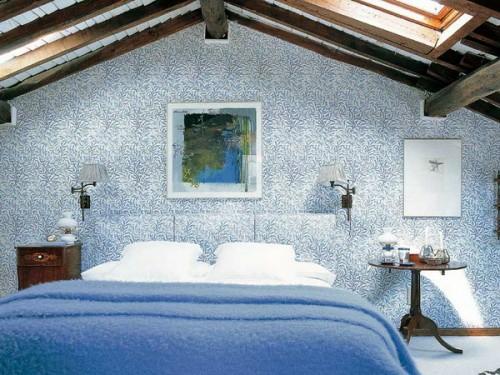schlafzimmer im dachgeschoss wand muster blau farben