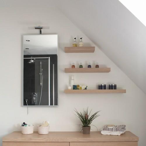schlicht holz wandregale dachzimmer badezimmer