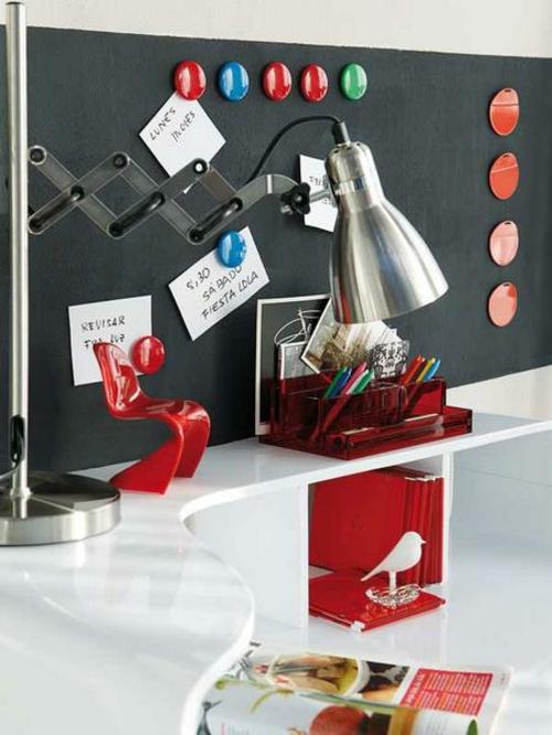 schwarz tafel praktisch tagesplan rot akzenten Heimbüro mit roten Akzenten