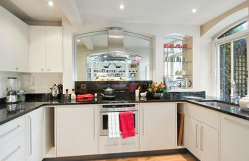 spiegel im küchenbereich übergross weiß schwarz küchenmöblierung