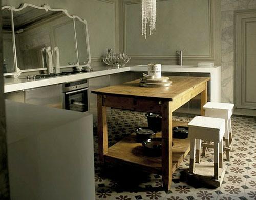spiegel im küchenbereich küchenarbeitesplatte weiß rahmen esstisch holz