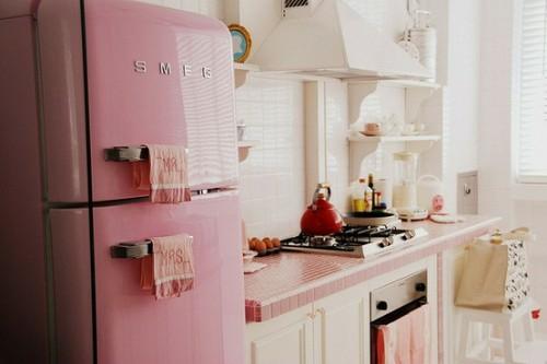 stilvoll retro rosa glänzend kühlschrank einrichtung idee