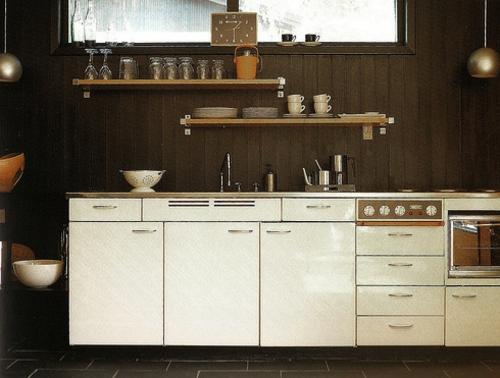 stilvolle wanddekoration aus echtholz dunkel küche idee
