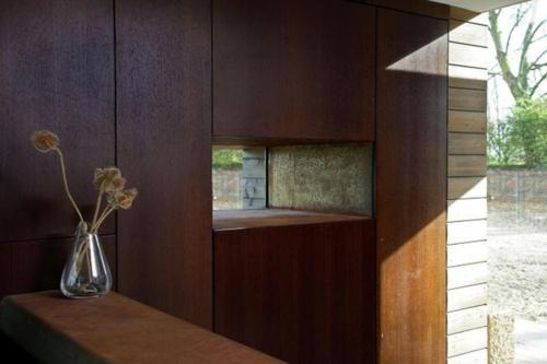stilvolle wanddekoration aus echtholz dunkel wohnzimmer