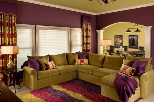 stilvolles lila wohnzimmer interieur grüngras ecksofa