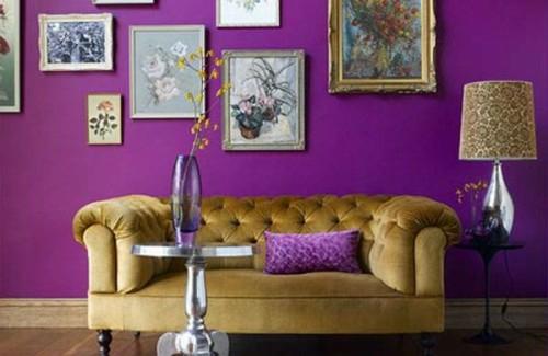 stilvolles lila wohnzimmer interieur grüngras sofa
