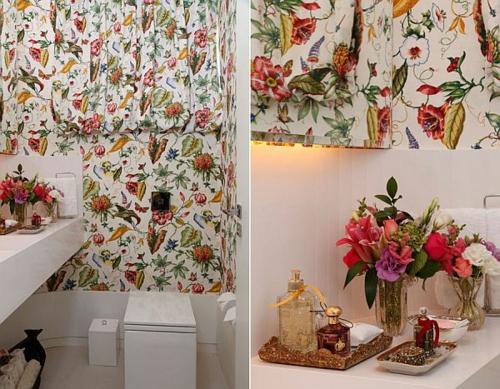 tapeten ideen im bad blumendeko floralmuster blumenstrauß bunt