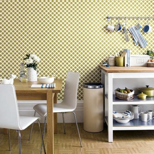 tapeteten im küchenbereich punkte verzierung  weiße möbelstücke