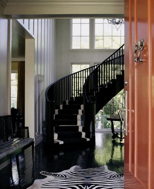 treppe schwarz zebrastreifen teppich bodenbelag holz lackiert