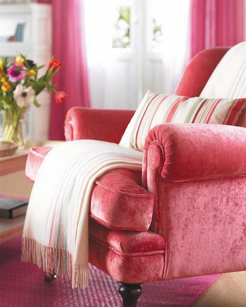 unterschiedlichen Stoffen Pfiffiger Raum Himbeerfarbe Sessel Decke Teppich