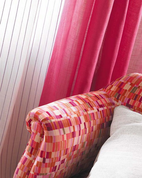 unterschiedlichen Stoffen Pfiffiger Raum Himbeerfarbe bunte Sessel Vorhänge
