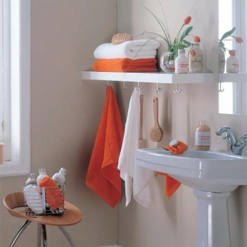 wand regal aufhänger orange tücher idee badezimmer