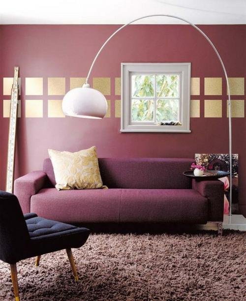 wanddekoration mit quadraten goldene stehlampe weich teppich