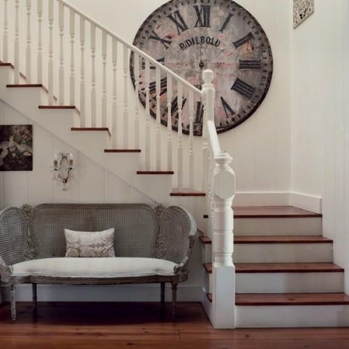 wanduhr deko idee klassisch übergroß altmodisch treppe weiß